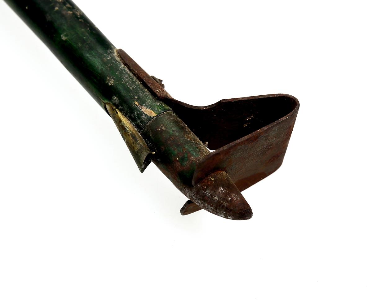 Såstav for skogfrø. Nederst er det en jernpigg og øverst stikker det ut et rør av messing (frøkanal). Ved denne enden er såstaven firkantet, og denne delen rommer et frøkammer.