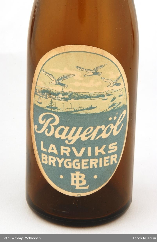 Motiv på etiketten er utsikt over Larviksfjorden.