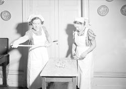 Två kvinnor gör karameller, Bergsbrunna, Uppsala 1939