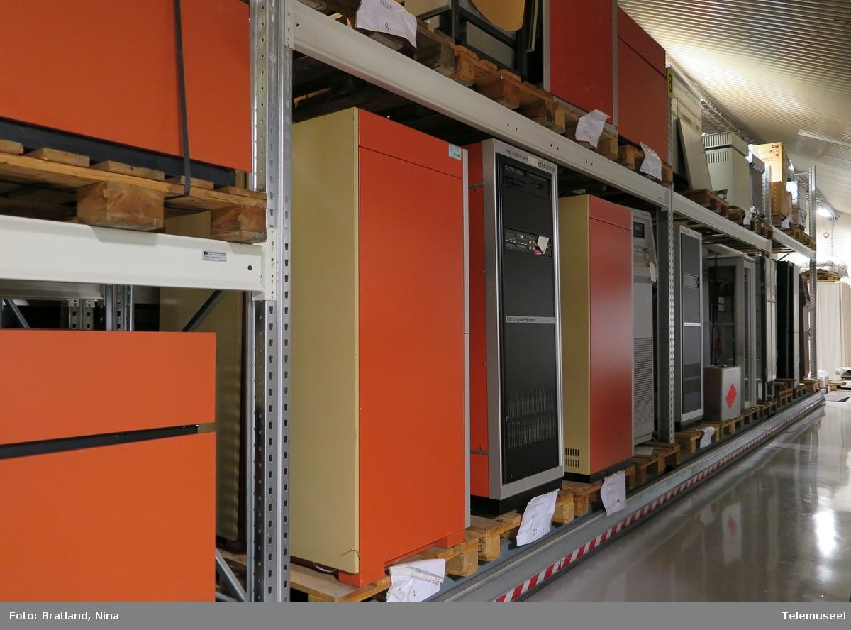 Maskiner fra samlingen etter Norsk Data i Telemuseets magasin på Fet