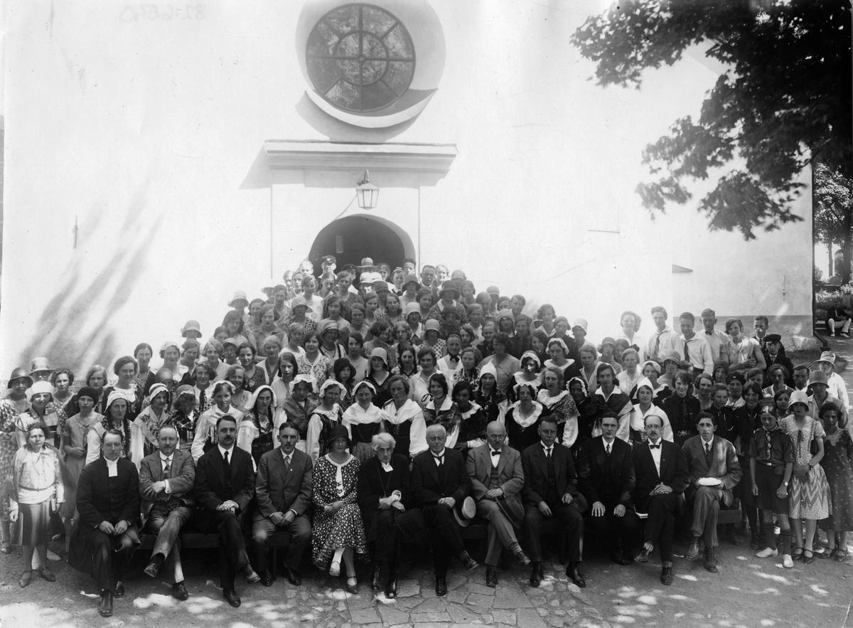 Grupp utanför kyrkan, 1920-tal.