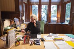 Porträtt Elisabeth Segergren på sitt tjänsterum