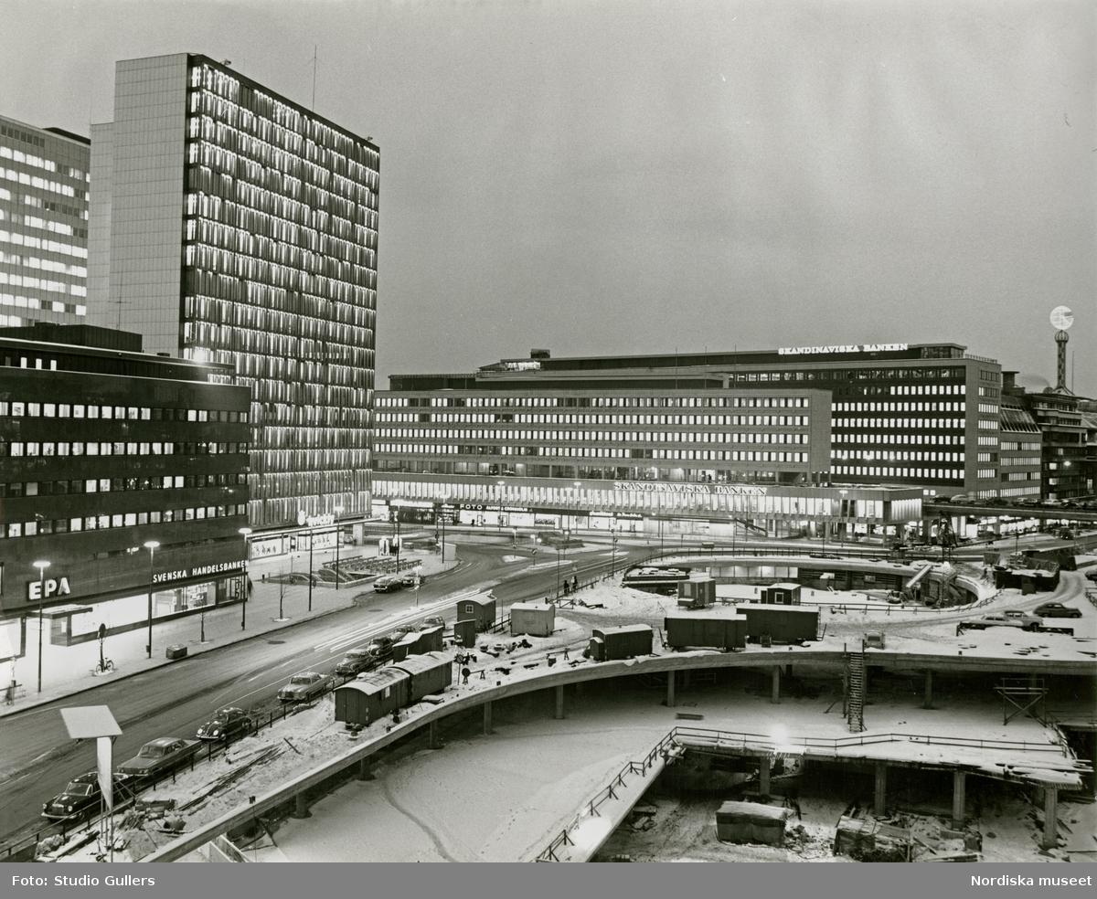 Stockholm. Vy över byggandet av Sergels torg med Hörotgsskraporna till vänster och Skandinaviska bankens kontor i bakgrunden.