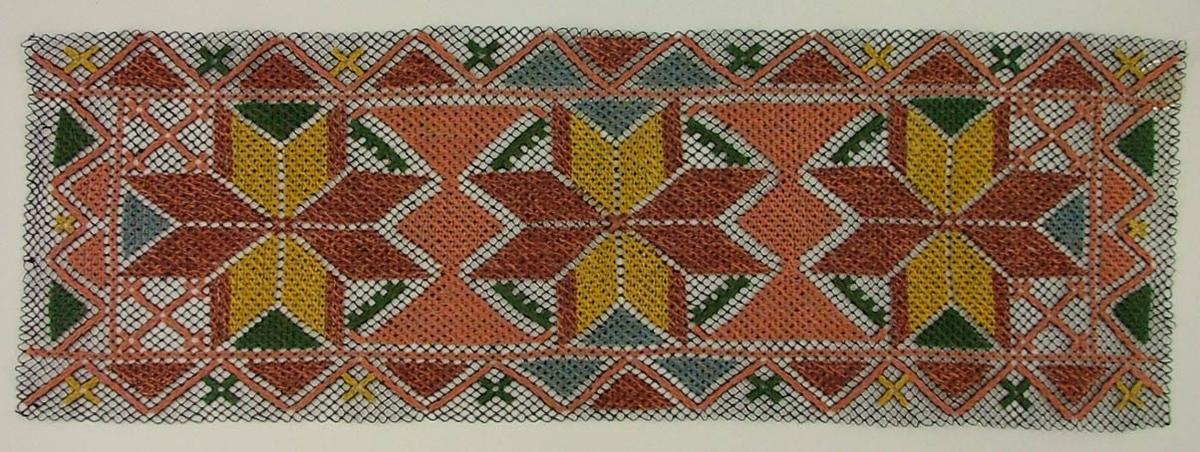Tidigare katalogisering enl uppgift av Elisabeth Thorman:  Löpare 63 x 20 Blått nät. Mönstring i rosa, brunt, gult och grönt. Trädning och korssöm  Fotograferad på Nordiska museet 1957-1958