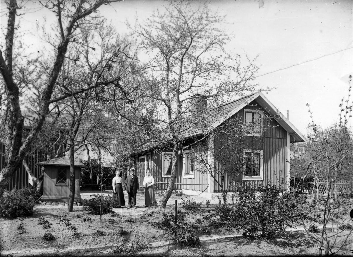 Gården 237, Murmästaregatan 22. Köping 1910-tal.Personer: Clara Adolfina Nordqvist (1866-1930), Erik Axel Nordqvist (1862-1936), Lärarinna Antoinetta Otilia Olsson (1878-1954).