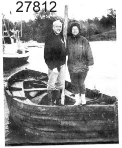 Skeppsbåt, livbåt från M/S WARUN, klinkbyggd i furu och ek. Längd 6,43 meter. Bredd 2,06 meter. B/ Roder med rorkult, av ek. C/  Mast  furu el. gran   L. 5080. D, E/  Årtullar av galvaniserat järn.