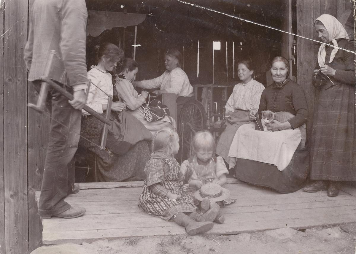 Kvinner og barn med håndarbeid