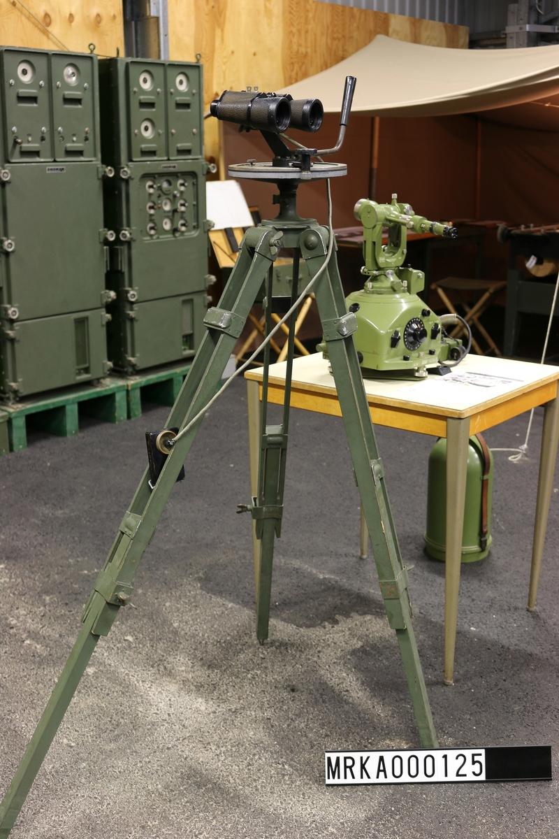 Dubbelkikare monterad på gradskiva med tapp för montering på stativ.