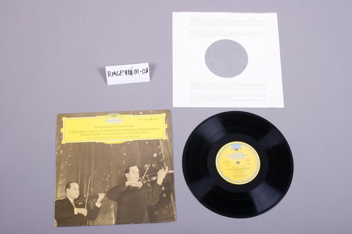 Grammofonplate i svart vinyl og plateomslag i papp. Plata ligger i en plast- og papirlomme.