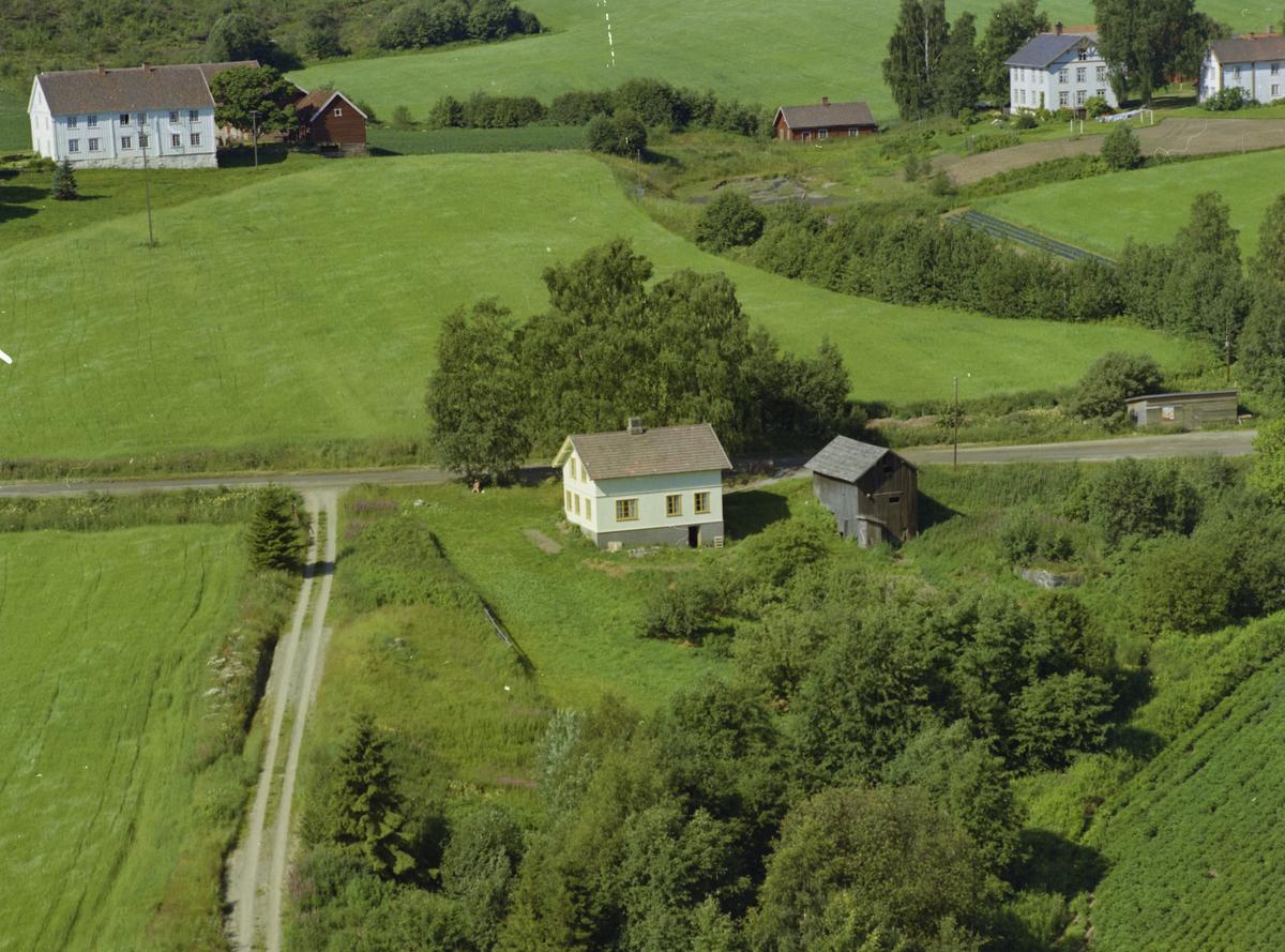 Gjøvik kommune, Biristrand, Huset i forgrunnen har bruksnavn Veimot. Til venstre bak ligger Bjørnstad søndre, med bruksnavn Vegen og til høyre Bjørnstad nordre. Midt i mellom Bjørnstadgårdene ligger en nesten uttørket dam.