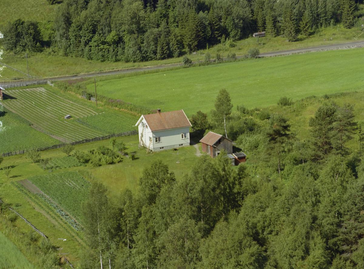 Gjøvik kommune, Biristrand. Hus med bruksnavn Nereng, en tomt skilt ut fra Oppistuggun Fægring (Feiring nordre). Huset ligger på flata ned for Nordengen.