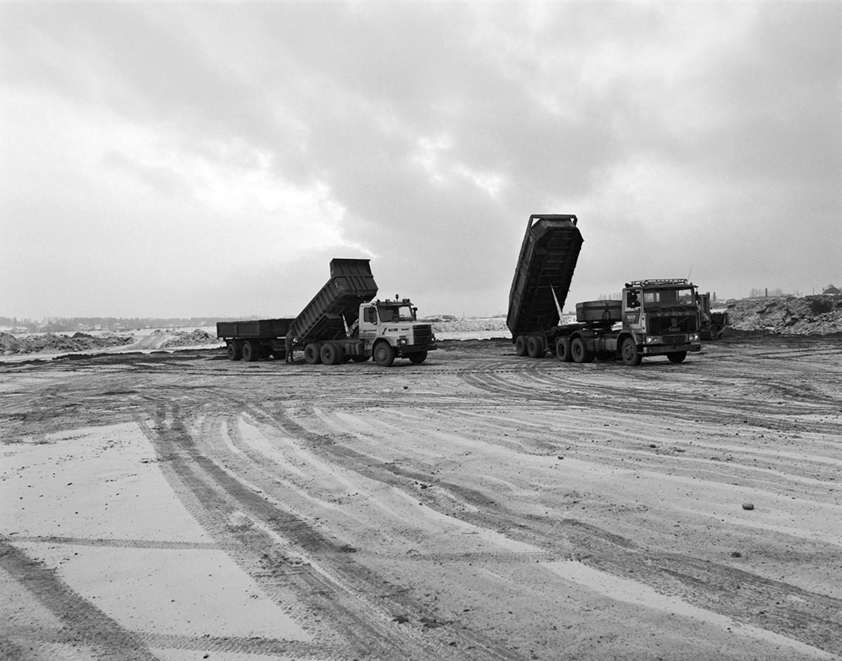 Åkersvika, Hamar. Utfylling i forbindelse med bygging av Hamar Olympiahall, Vikingskipet, lastebiler.