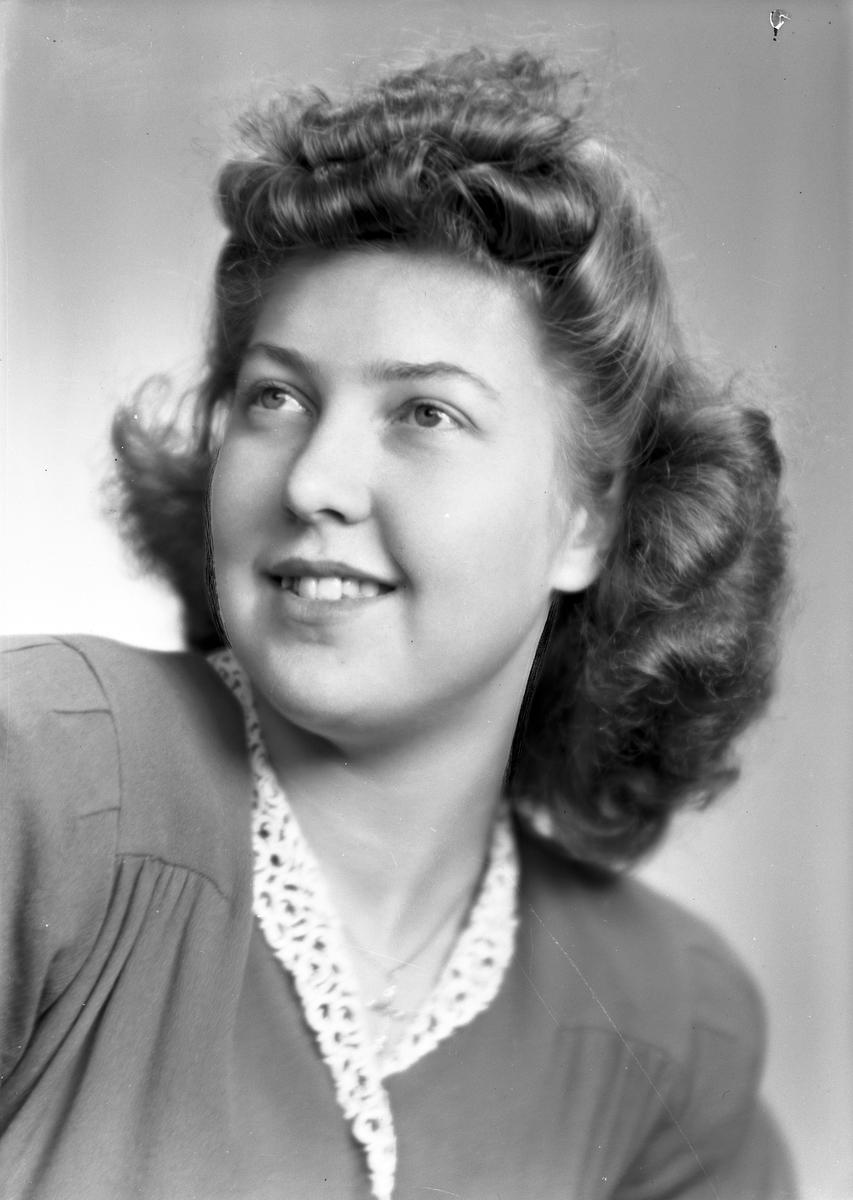 Fröken Ulla Hedlund, Gröna vägen 3, Strömsbro. 3 november 1945.