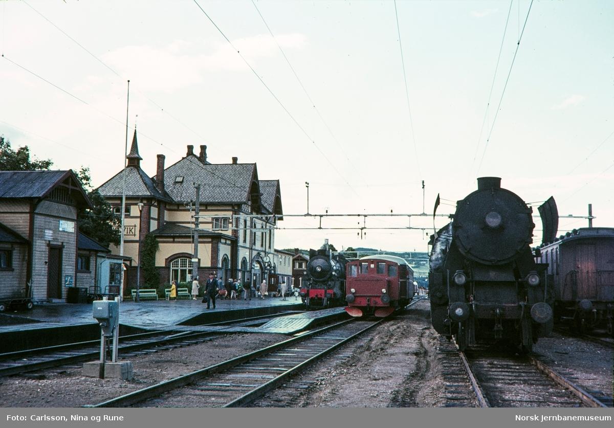 """Gjøvik stasjon med persontog i spor 1, skiftetraktor i spor 2 og """"stortysker"""" i spor 3"""
