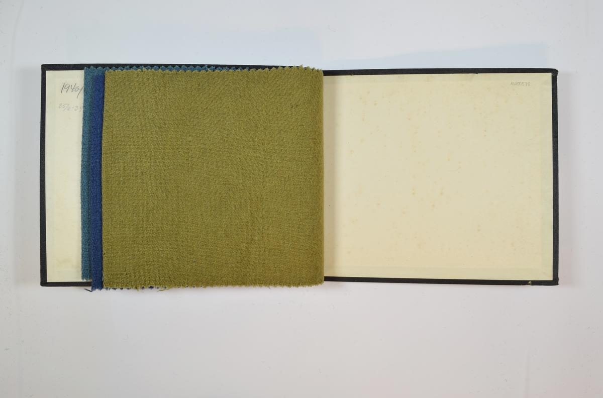 Rektangulær prøvebok med 4 stoffprøver. Middels tykke ensfargede stoff med fiskebensmønster. Fargene varierer mellom stoffene, men vevmønsteret er det samme. Kyperbinding/diagonalvevd. Stoffene ligger brettet dobbelt i boken slik at vranga dekkes. Stoffene er merket med en rund papirlapp, festet til stoffet med metallstifter, hvor nummer er påført for hånd.  Innskriften på innsiden av forsideomslaget viser at alle stoffene har kvalitetsnummer 1940.  Stoff nr.: 1940/1, 1940/2, 1940/3, 1940/4.