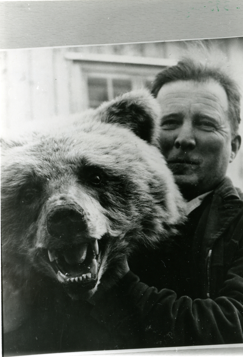 Ole Elsrud med bjørnen han skaut under Aurdalsberga i 1938.