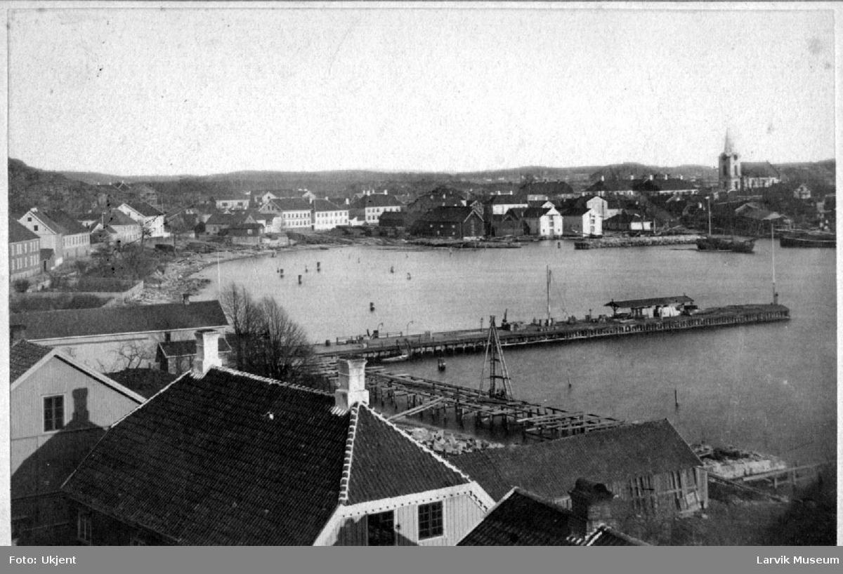 Byprospekt, bebyggelse. Storgata, Larvik havn, Tollerodden i bakgrunnen med Larvik kirke.