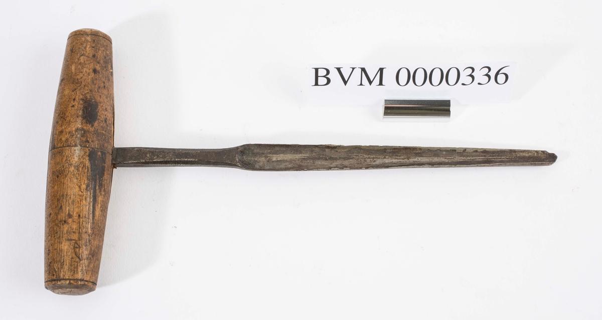 """NTM: """"Fra snekkerverkst. loft i Kongsberg. Til diverse trearbeider."""" Jf. BVM 3940."""