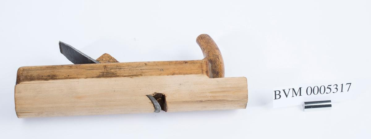 """Høvel i tre med horn/håndtak, kile og høveljern. Jernet er av merket """"..INSON BROTHERS, IN MIND, WARRANTED CAST STEEL""""."""
