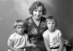 Ateljébild på en okänd kvinna med två flickor.