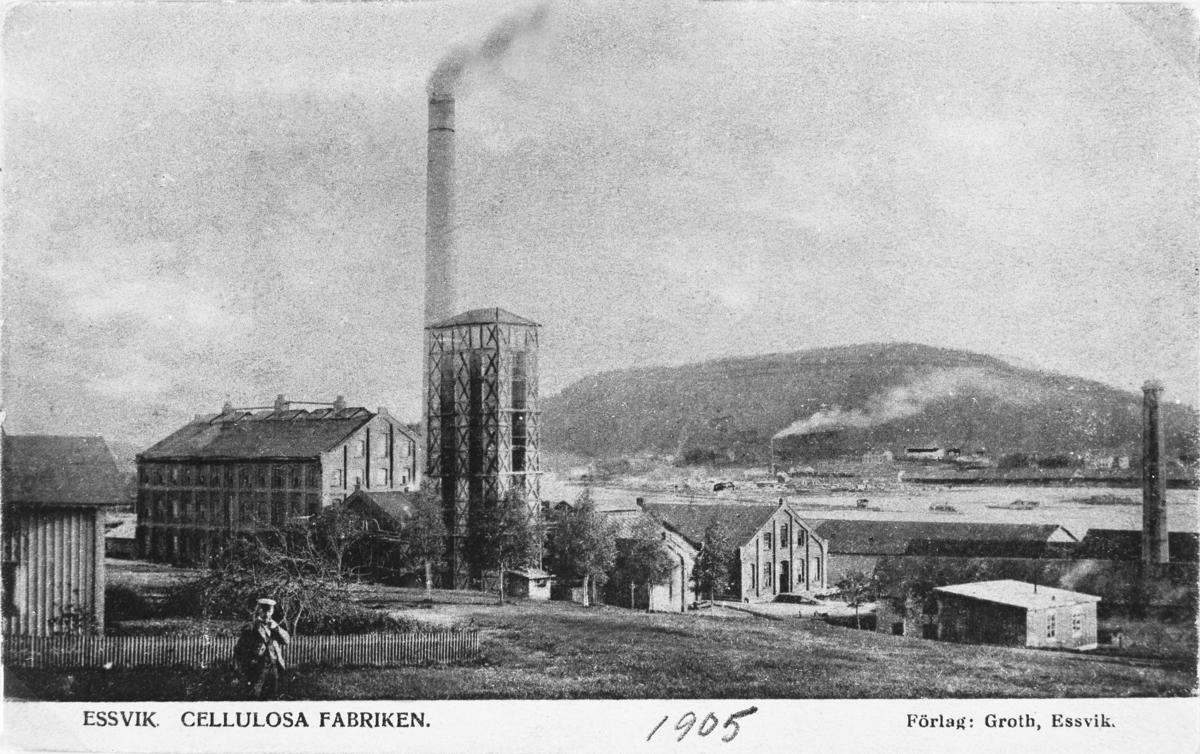 Essviks sulfitfabrik invigdes år 1900 som Medelpads första sulfitfabrik, uppförd av Sundsvalls Cellulosa AB. Industrianläggningen revs 1980. Vykort.