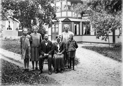 Familjen Sjöberg och Göta Gimbergsson på gårdsplanen, Fröslu