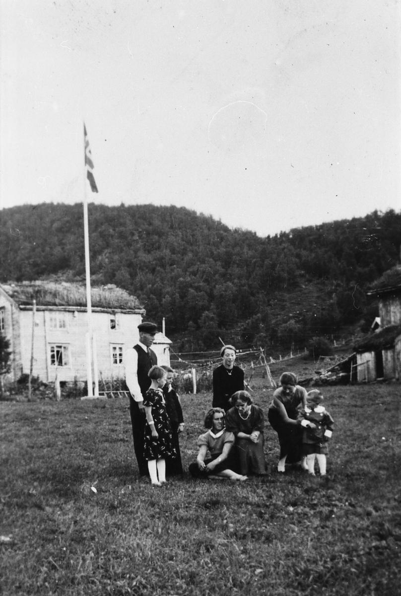 Hovedbygning og fjøs på 37 - 4 på Rubbestad i 1936. Barn og voksne foran hus.