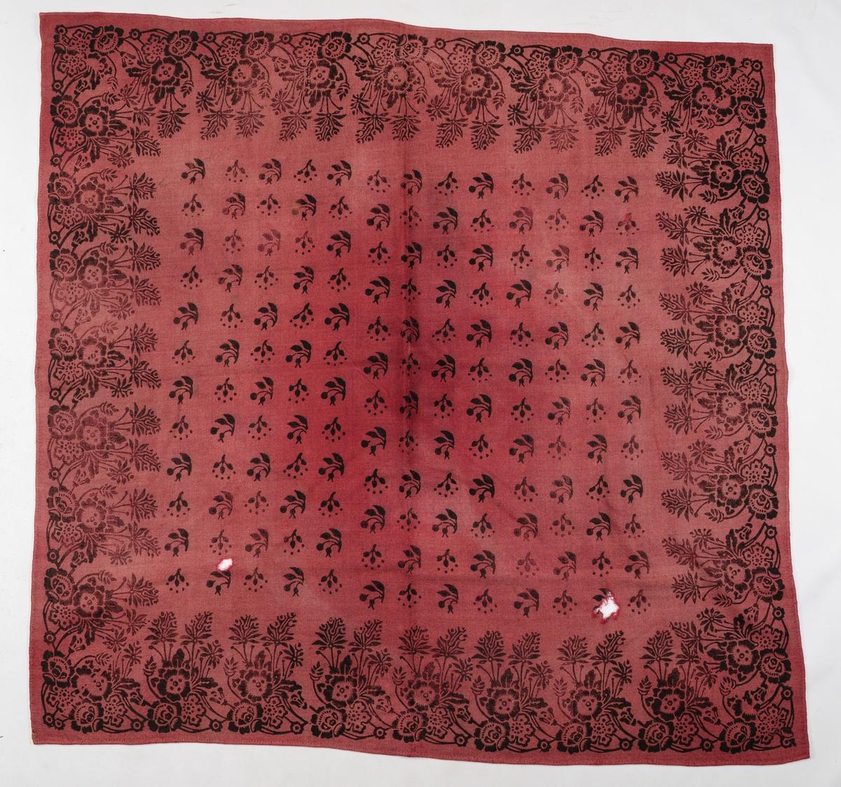 Bordduk i raud-lilla kypertvove ulltøy. Sett saman av to stykker, med saum på midten. Trykt mønster med svart farge. Mønsteret er ein blomsterkant langs kantane, og små blomster motiv på midten. Falma på framsida. To små hol i eine enden. Falda rundt for hand.