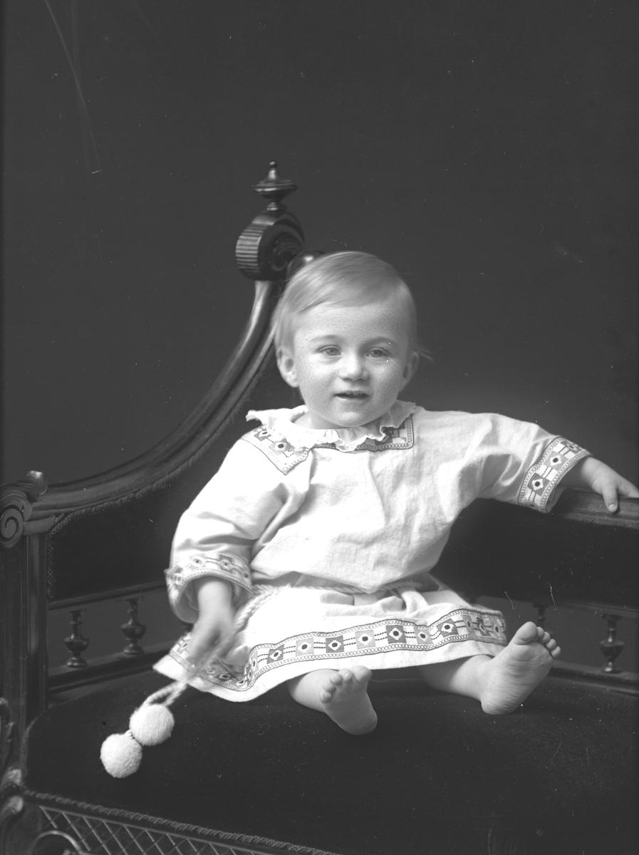 Lennart Johansson / Jarstad. Vid vuxen ålder blev han konstnär. Beställare fadern Fältskär Johansson.
