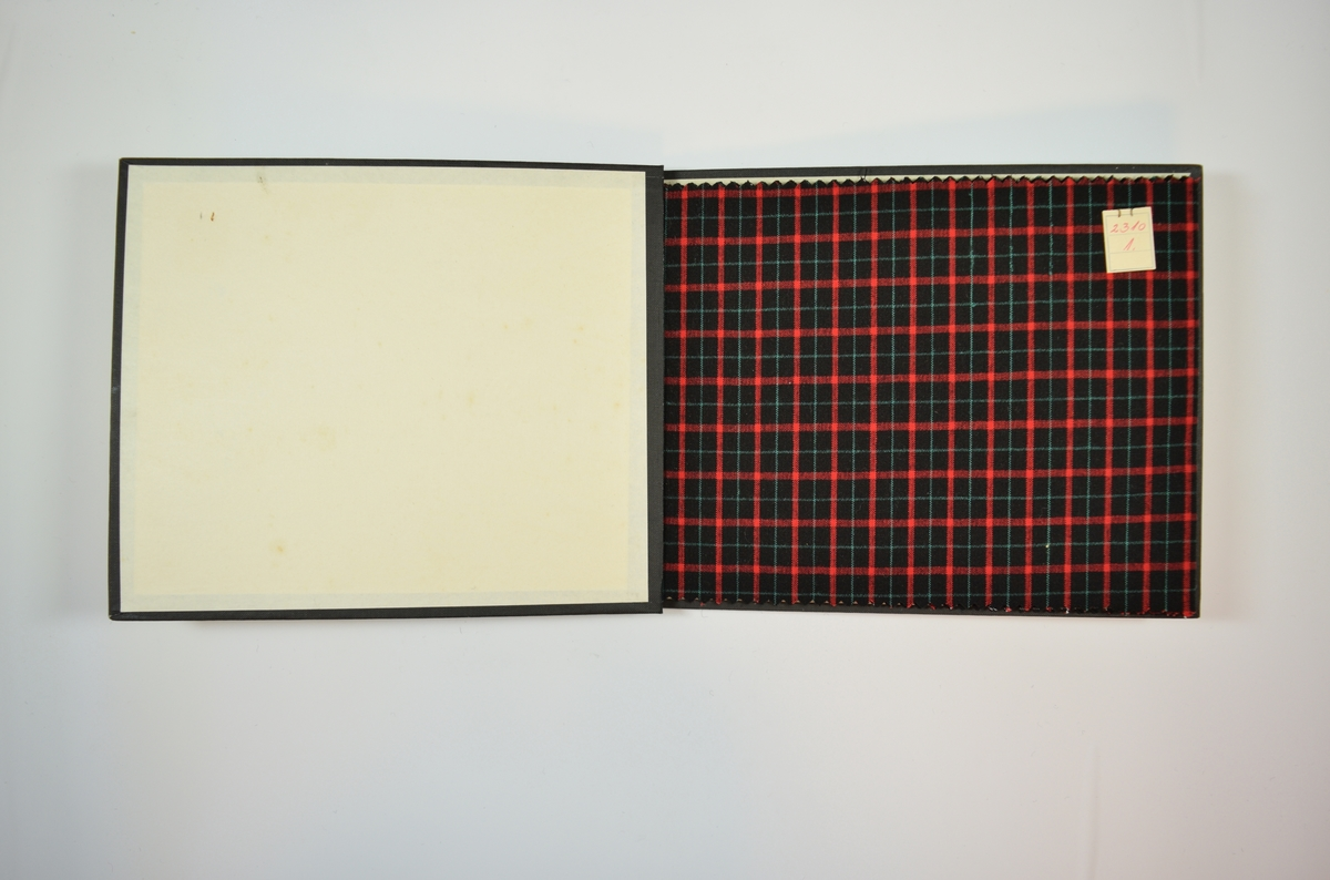 Rektangulær prøvebok med åtte stoffprøver og harde permer. Permene er laget av hard kartong og er trukket med sort tynn tekstil. Boken inneholder relativt tynne stoff med rutemønster eller striper. De fire første stoffene har samme rutemønster, men med ulike farger, og de fire siste stoffene har samme stripemønster men i ulike farger og kombinasjoner. Toskaftsvev. Stoffene ligger brettet dobbelt i boken slik at vranga dekkes. Stoffene er merket med en firkantet papirlapp, festet til stoffet med metallstifter, hvor nummer er påført for hånd.   Stoff nr.: 2310/1, 2310/2, 2310/3.
