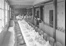 Astoria Restaurant. Bord dekket til kongebesøk + med kelnere