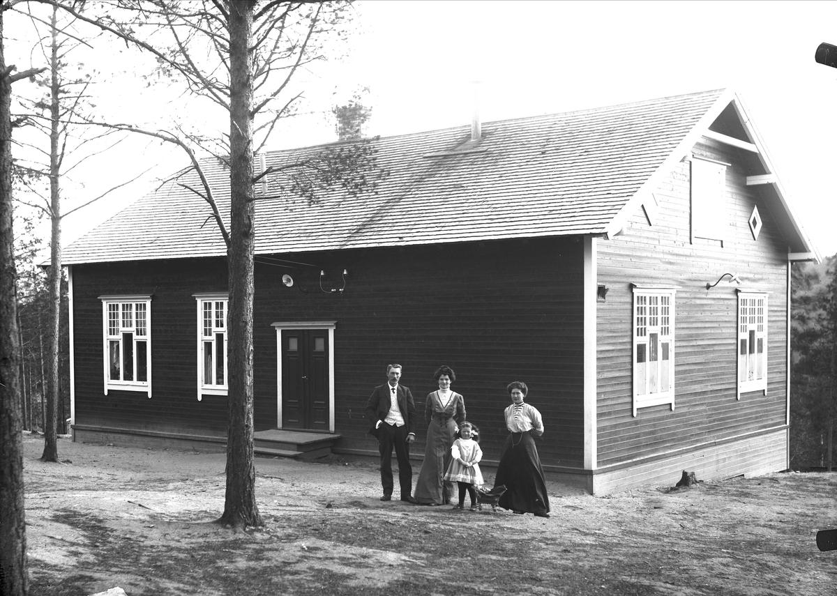 Verket skole. Fra venstre: lærer Vold, fru Vold, datter til lærer Vold, Gina Bergljot Gjønnes (23.11.1886-20.7.1957)