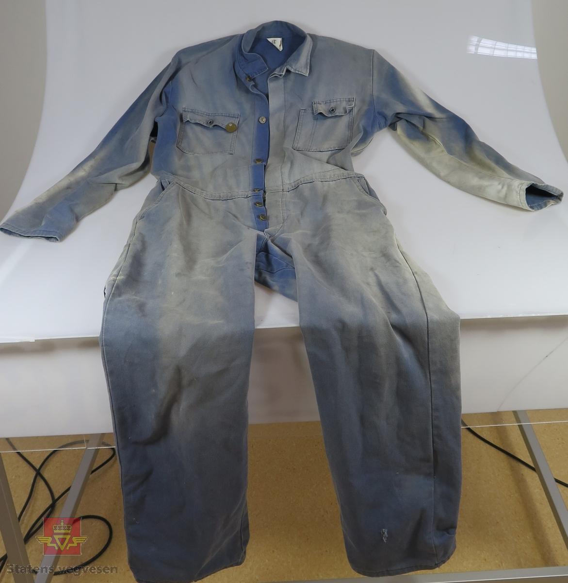 945c521d Blå kjeledress av bomull, med metallknapper. Totalt 6 lommer. Merking fra  produsent.