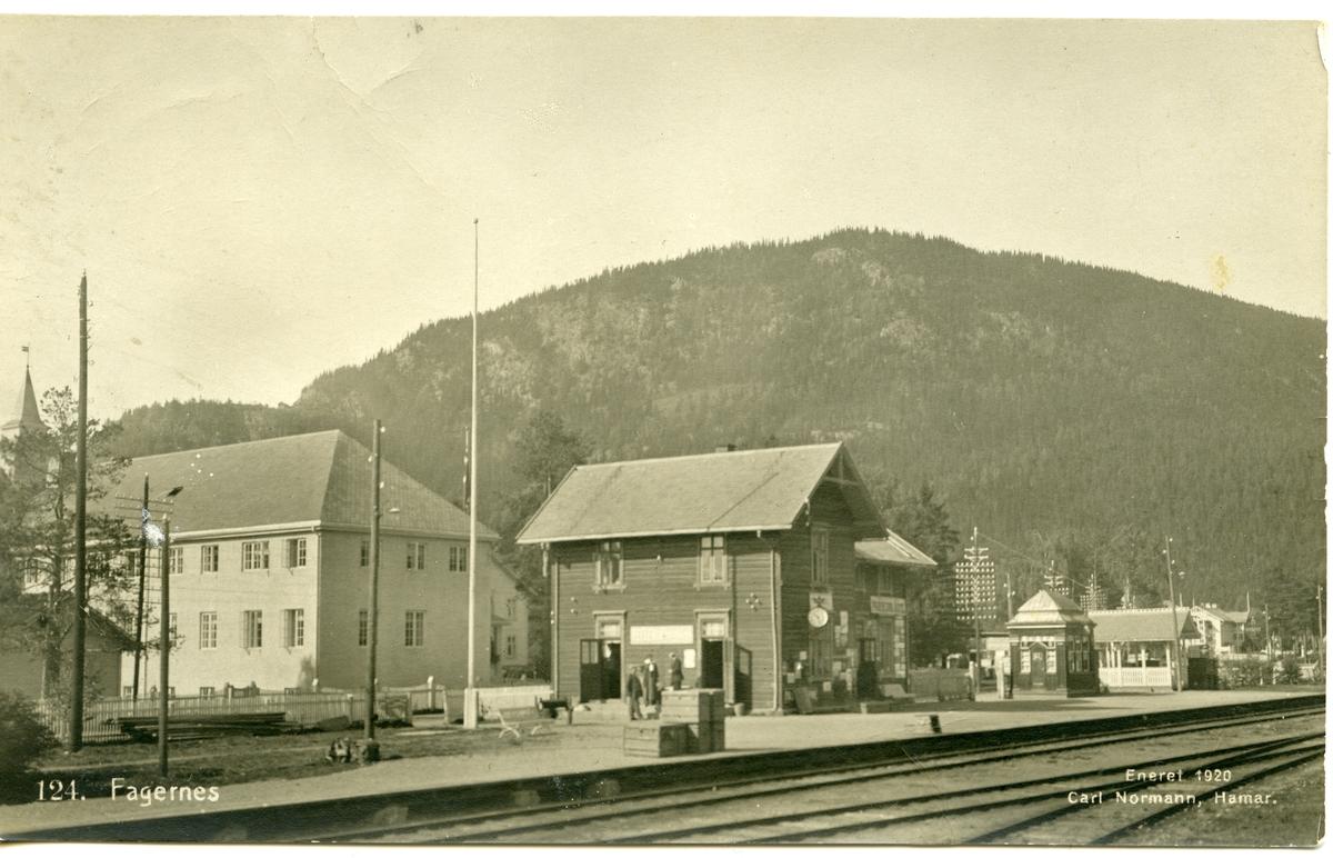 Postkort med motiv av Fagernes Hotell og Fagernes jernbanestasjon.