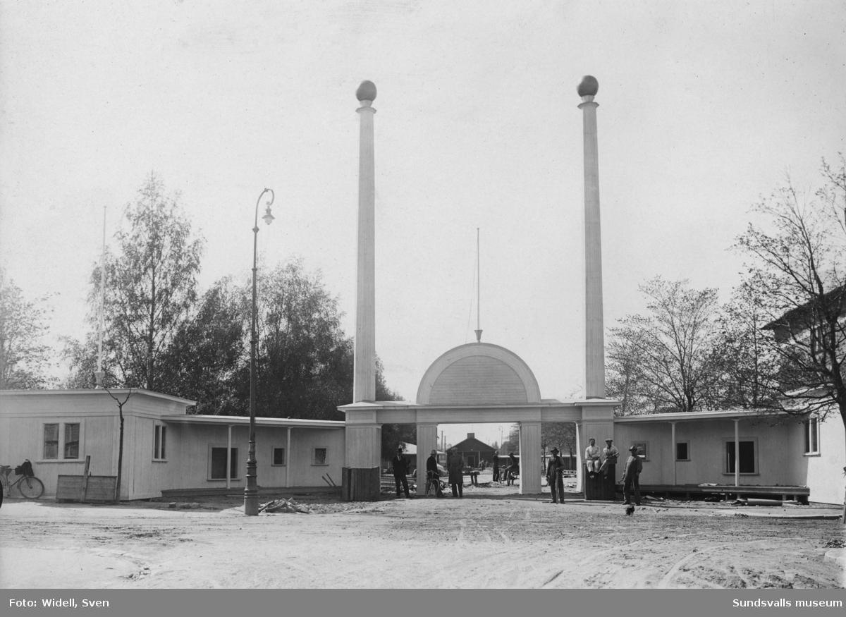 Sundsvallsutställningen 1928. Här ses entrén under arbete. Entrén ritades av stadsarkitekt Natanael Källander.
