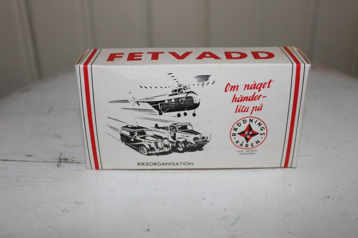 Fetvadd med förpackning i kartong. Tillhör Räddningskårens förbandslåda.  På kortsidorna av förpackningen finnes Räddningskårens logga och på framsidan kan en bild på en bil, brandbil och helikopter ses.