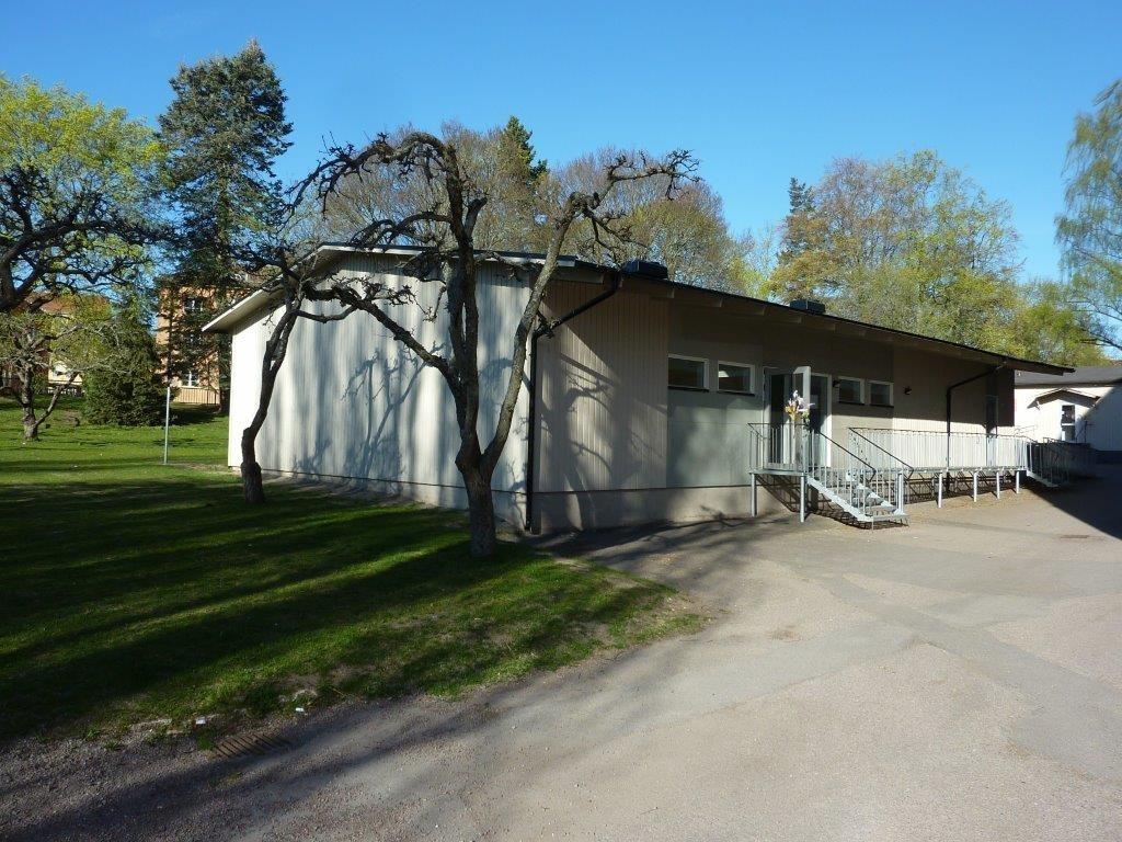 Orig. text: Paviljonger vid Engelska skolan, kv Adjunkten, som skall rivas. Foton tagna 23 april 2014.