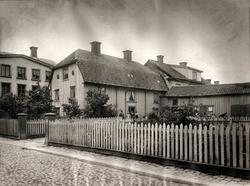 Jungfru Lovisas gård. Gården ses från Klostergatan. Byggnade