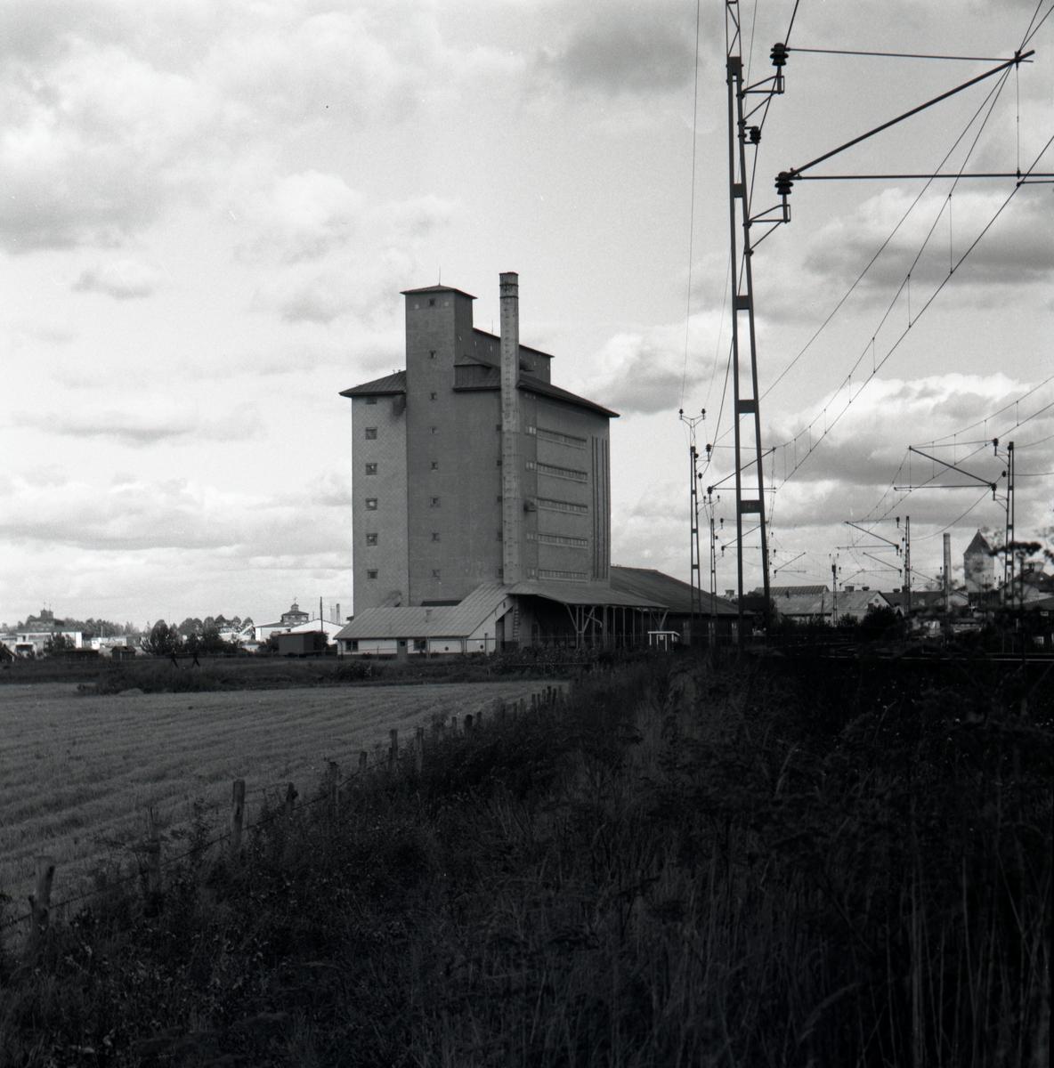 Orig. text: Svenska spannmåls A-B Lagerhuset.Byggnaden som uppfördes för spannmål under första världskriget stod klar 1918. Arkitekt Gunnar Asplund. Den sex våningar höga byggnaden brann ner troligen i början av 1990-talet.