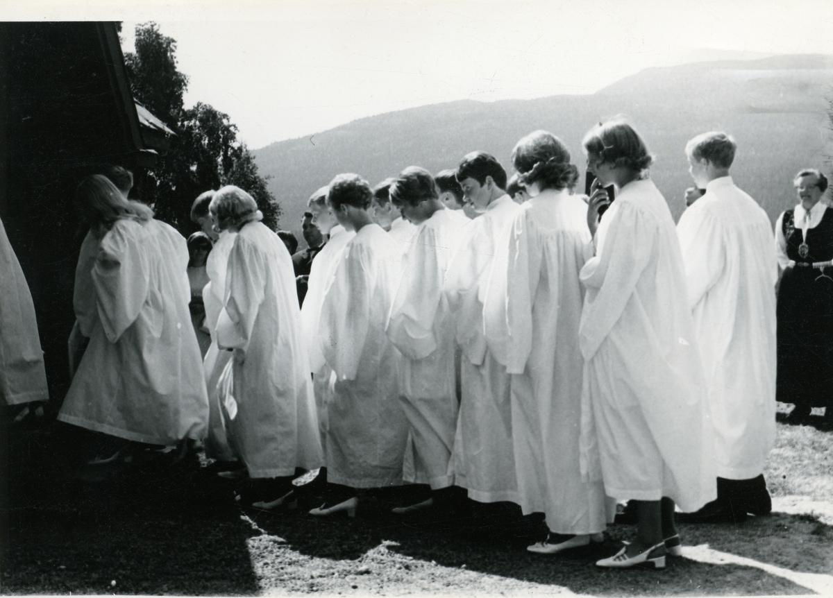Konfirmantar på veg inn i Hedalen kyrkje i 1970.