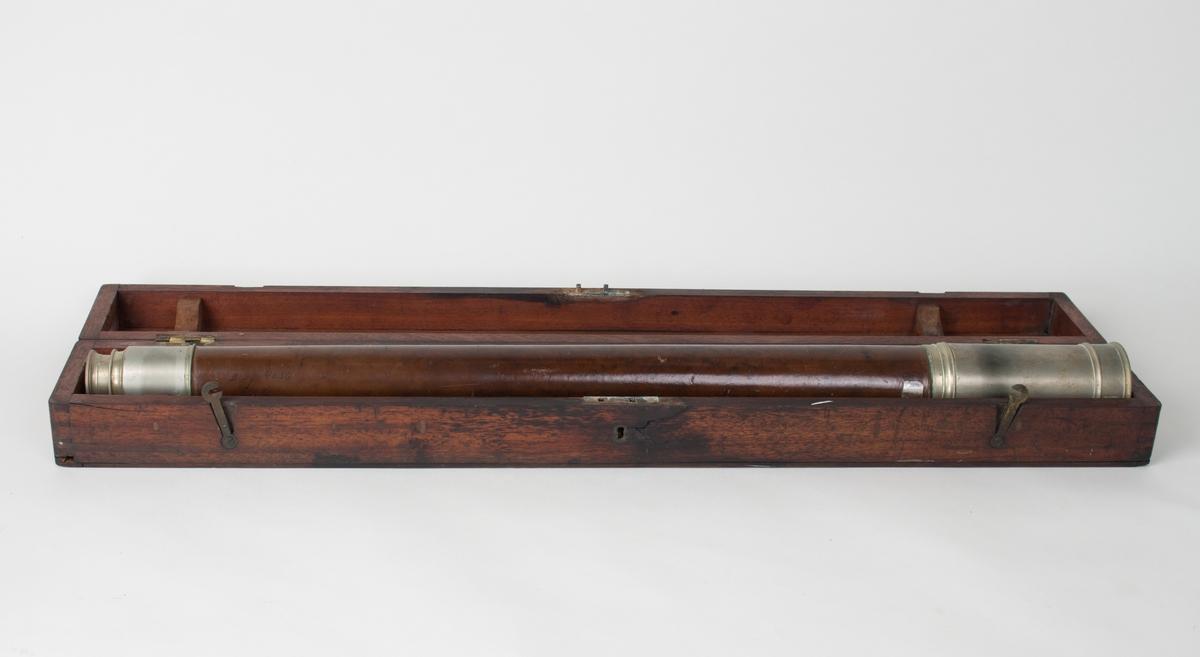 """Langkikkert i mahogny skrin med gravert sølvskilt  med tekst """"Captain J. Christensen"""" inngravert."""