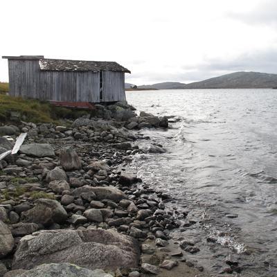 Befaring i Vinstre 2012. Høyeste regulerte vannstand er omtrent 1 meter over opprinnelig strandlinje.