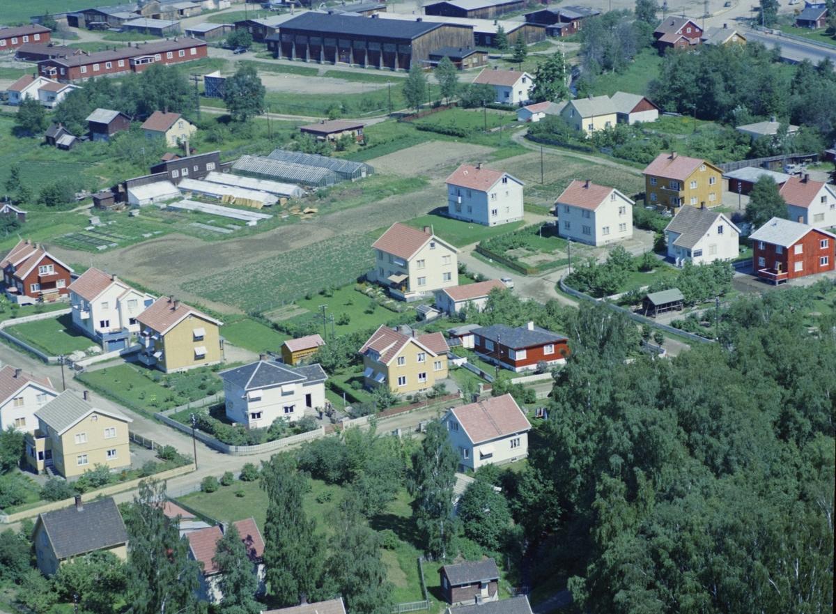 Flyfoto, Lillehammer, bebyggelse, Even Langseths veg i forgrunn Krysset med Rasmus Lyngsveg til venstre og Gausdalsgata til høyre. Sylling gartneri bak i bildet. Gausdalsgata 158 rødt hus midt i bildet med Even Langseths veg 8 og 6 videre til venstre.