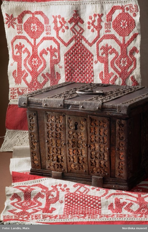 Nordiska museets föremål skrin inv.nr 200925 och handkläde inv.nr 80312.