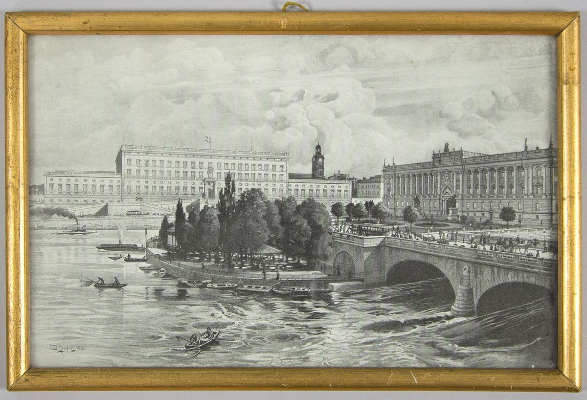 Landskapsvy över Helgeandsholmen, Riksdagshuset, Stockholms slott, Norrbro och Strömparterren i Stockholm. Tryck i svart på vit botten.