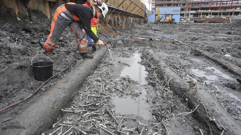 Arkeologer fra Norsk Maritimt Museum spyler frem det samlede funnet av over 1000 krittpiper. (Foto/Photo)