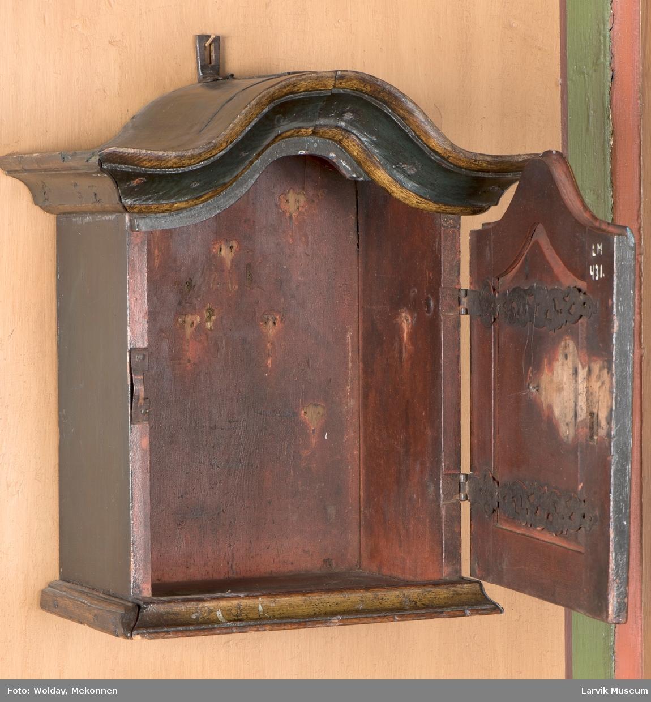 Form: oppsvunget topp og profilert list rundt dørens  midtfelt,lås,låsbeslag og innvendig hengslebeslag av jern