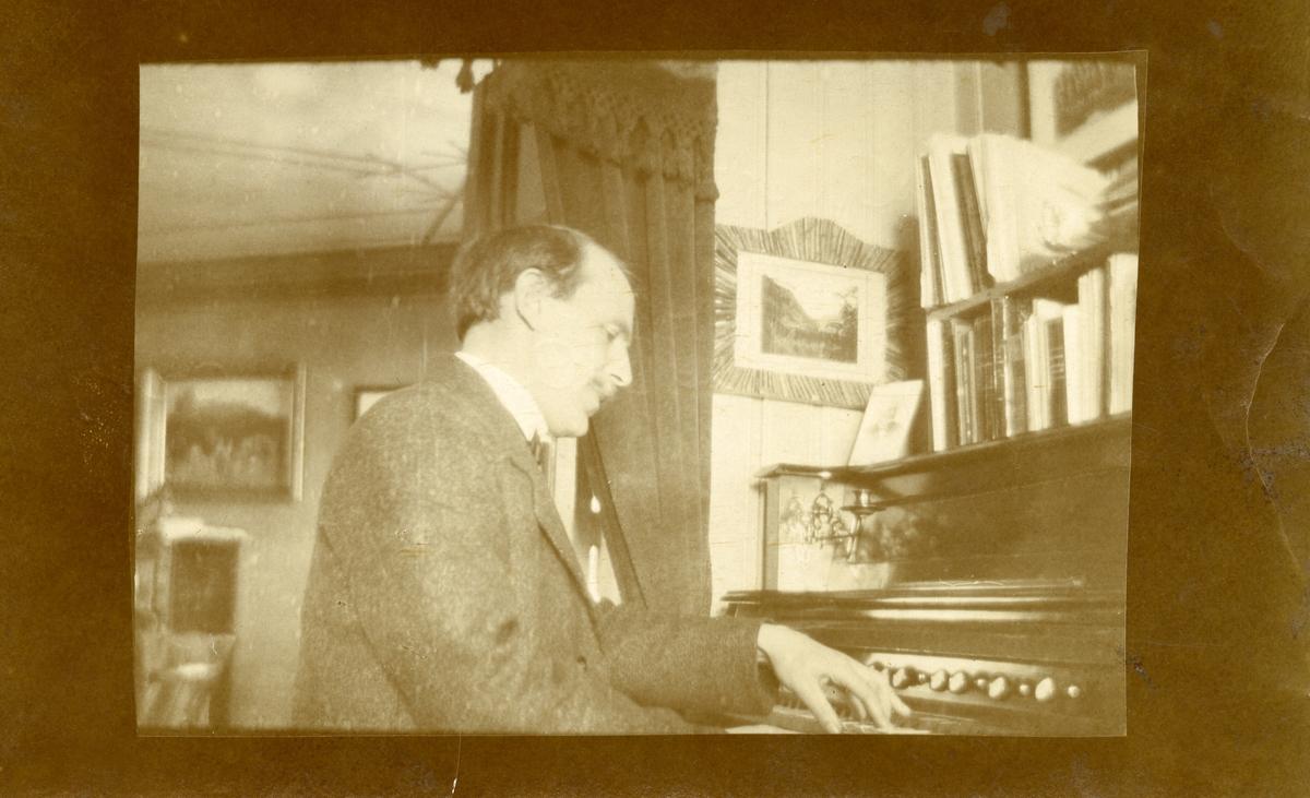 Sigurd Islandsmoen ved orgelet.
