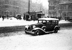 En Chrysler 1931 parkerad vid Stureplan, Stockholm. Snöfall