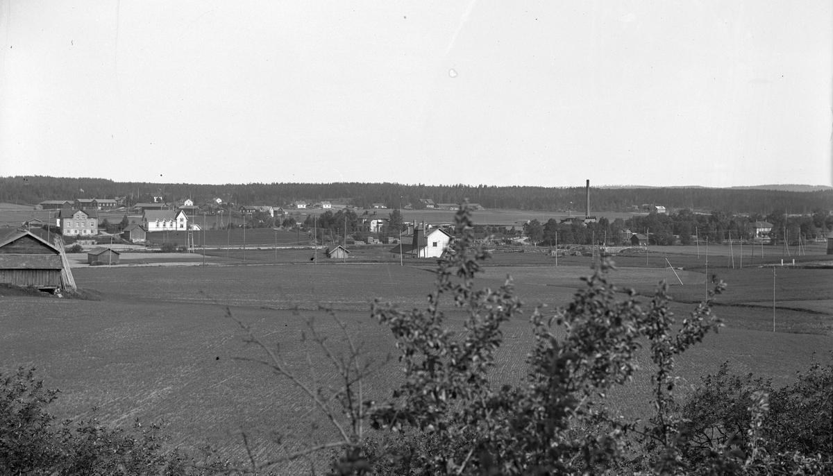 Östra Hästbo i bakgrunden, delar av Wästra Hästbo med Tjärfabriken i förgrunden.